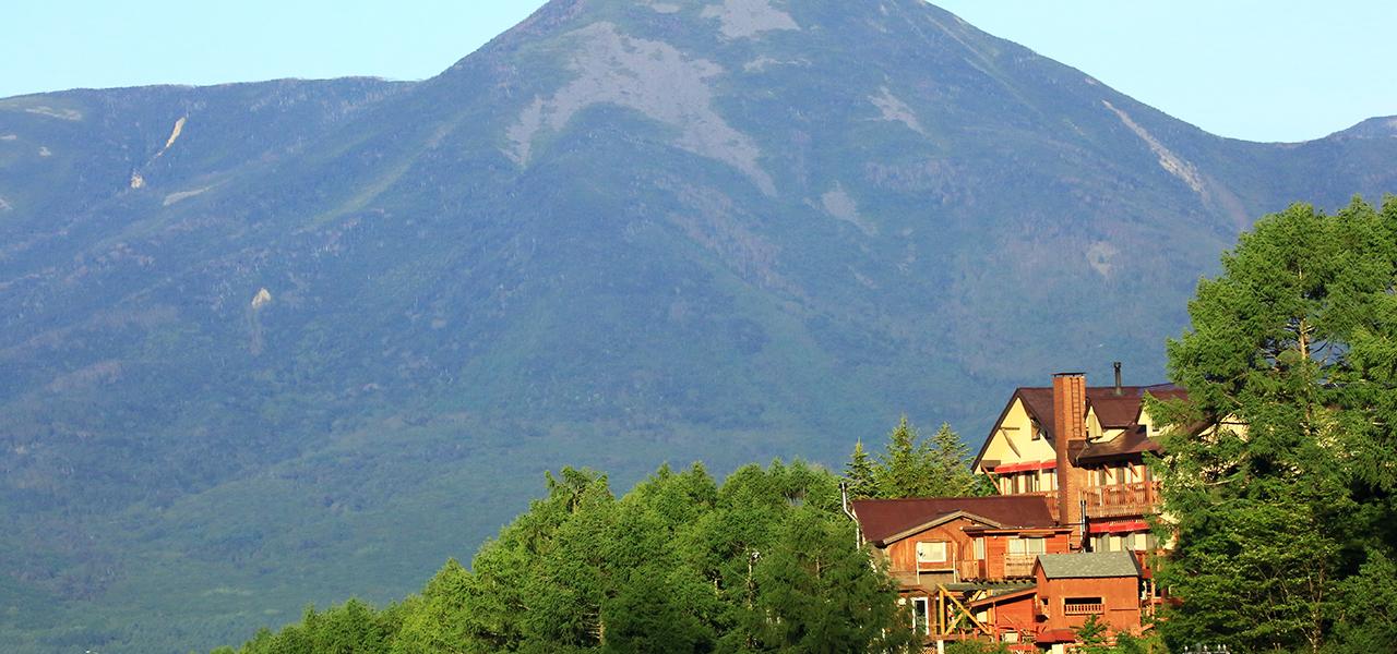 温泉山岳ホテル アンデルマット 外観と蓼科山